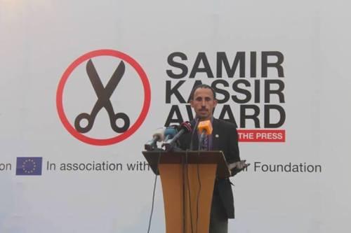 الصحفي السيناوي أحمد أبو دراع على منصة فوزه بجائزة سمير قصير لحرية الصحافة 2013