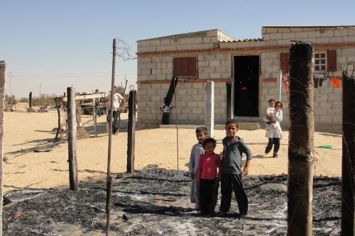 أطفال أسرة بدوية في فناء منزلهم بقرية الظهير - الثلاثاء 10 سبتمبر 2013 عدسة: إسماعيل الإسكندراني